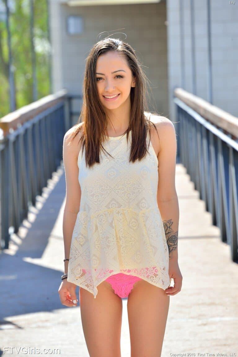 Das erste Mal nackt vor der Kamera Porno Modell Lily